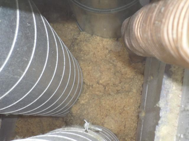 Isolteam inblazen van isolatie in binnenmuur met glaswol