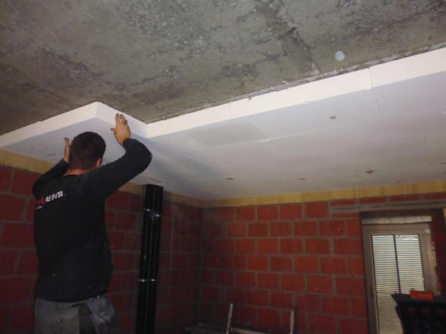 Isolteam isoleren van plafond kelder met cellenbeton