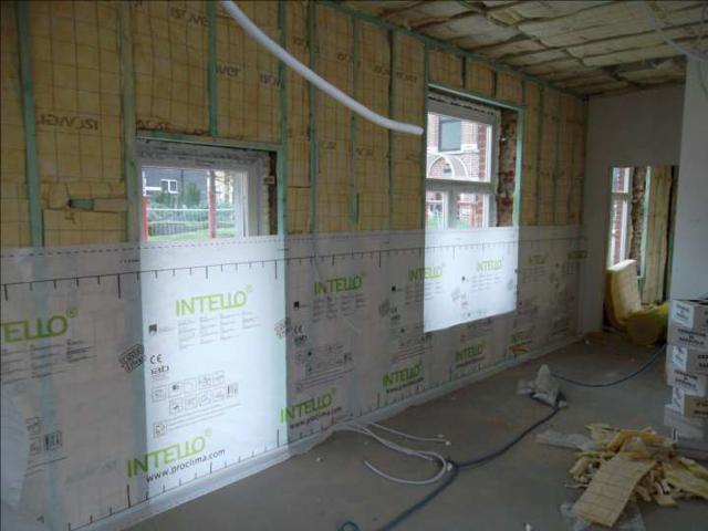 Isolteam isoleren van binnenmuur met glaswol en dampscherm