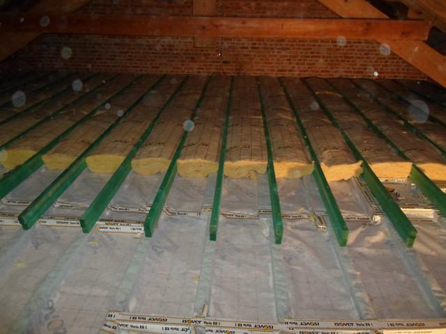 Isolteam isoleren van zoldervloer met glaswol en dampscherm