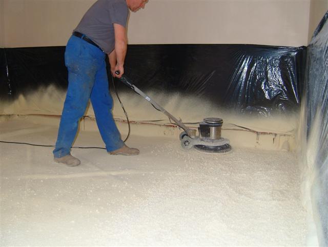 Isolteam isoleren van vloer met gespoten pur