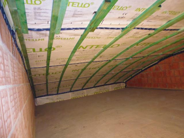 Isolteam isoleren van dak met cellulose inblazen en dampscherm