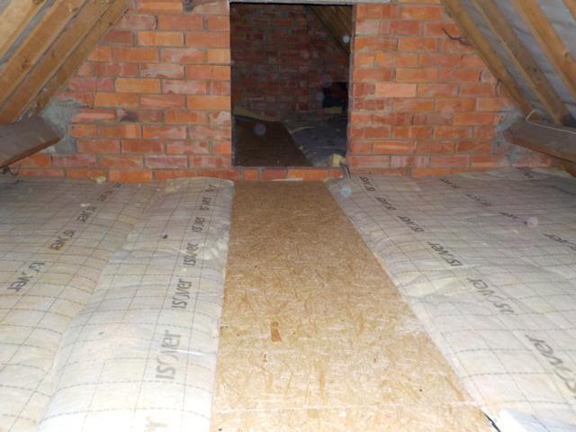Isolteam isoleren van zoldervloer met glaswol en osb-platen