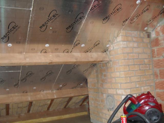 Isolteam isoleren van dak met glaswol en PUR-PIR