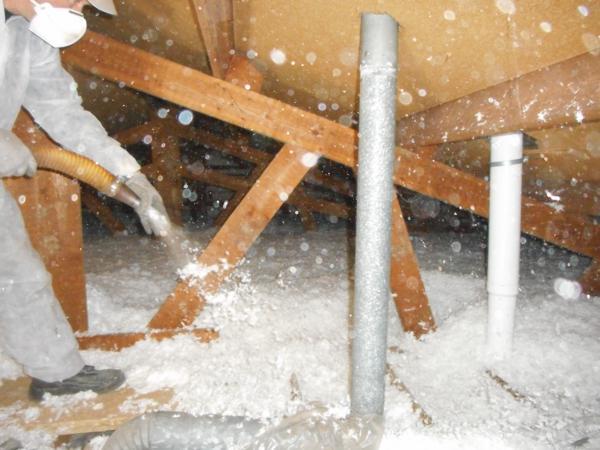Isolteam: isoleren van zoldervloer door minerale wol inblazen