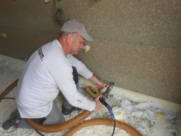 Isolteam: isoleren van dak, gevel en binnenmuur door minerale wol inblazen