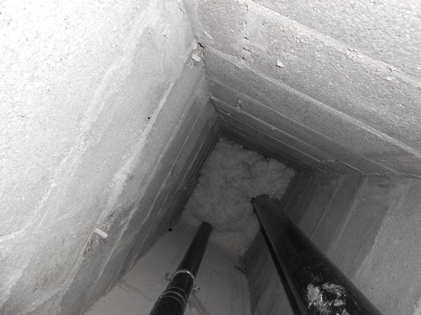 Isolteam: isoleren van leidingenkoker in appartement met minerale wol inblazen