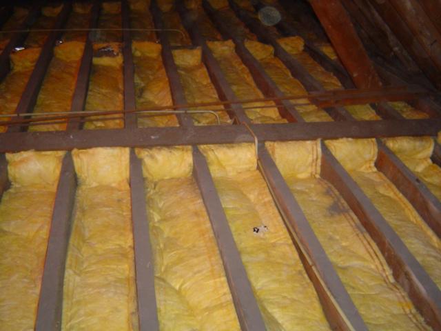 Isolteam isoleren van dak en zoldervloer met glaswol en dampscherm