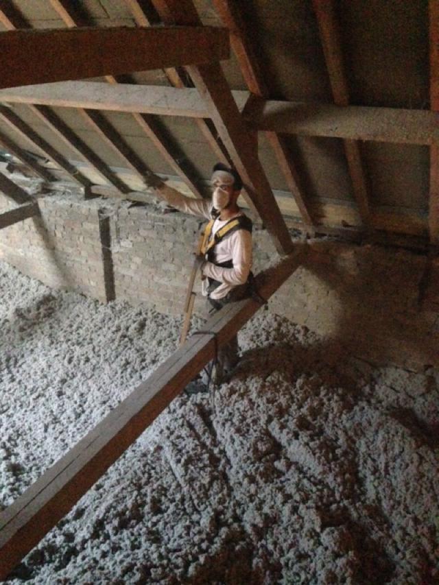 Isolteam inblazen van dak en zoldervloer met cellulose