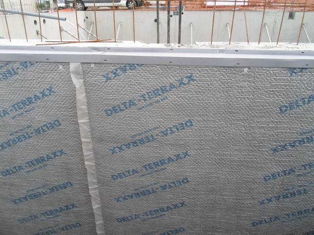 Isolteam isoleren van gevel van kelder met xps en noppenfolie