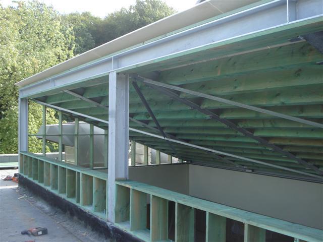 Isolteam isoleren van dak met glaswol en dampscherm