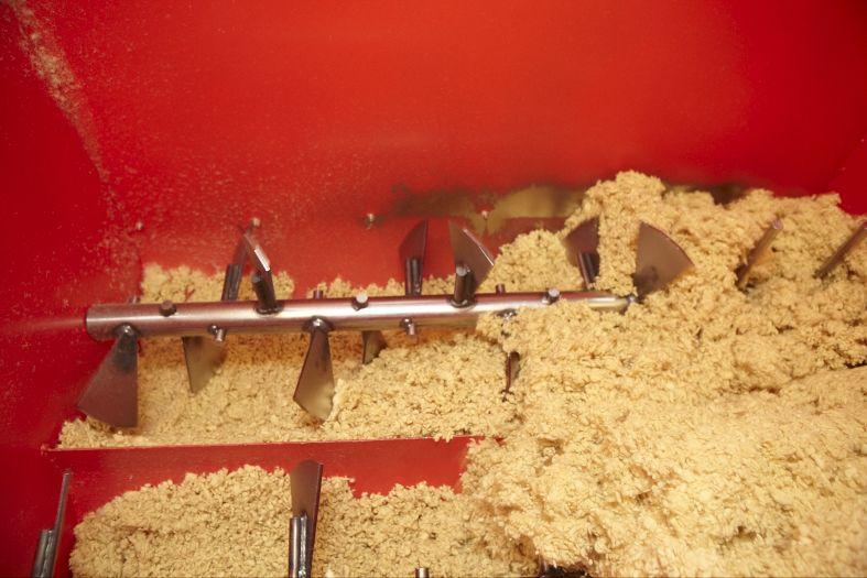 Isolteam na-isoleren van spouwmuren door glaswol inblazen