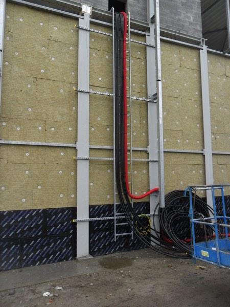 Gevelisolatie bedrijfsgebouw met minerale wol en cellenglas door Isolteam