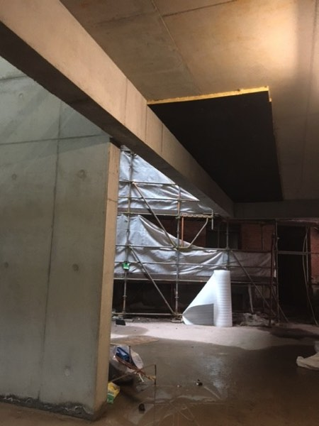Plafondisolatie akoestiek in cultureel centrum door Isolteam