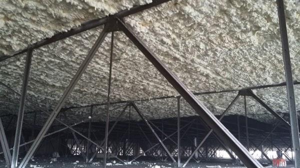 Dakisolatie van een bedrijfsgebouw met icynene door Isolteam