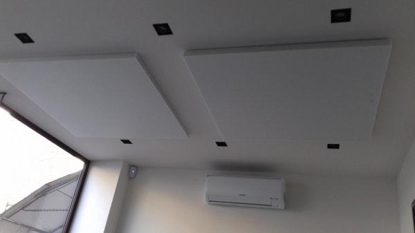 Plafondisolatie in een kantoor met polyesterwol door Isolteam