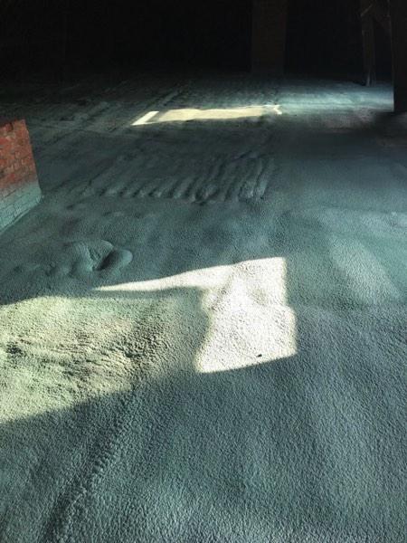 Dakisolatie en zoldervloerisolatie van een school met gespoten PUR door Isolteam