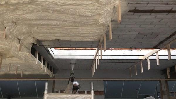 Plafondisolatie van een bedrijfsgebouw met icynene
