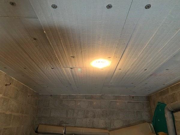 Plafondisolatie in een appartement met minerale wol door Isolteam