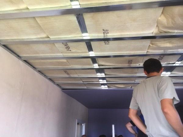 Plafondisolatie voor betere akoestiek in een woning door Isolteam