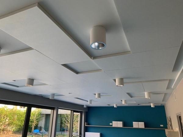 Plafondisolatie akoestiek van een school met polyesterwol door Isolteam