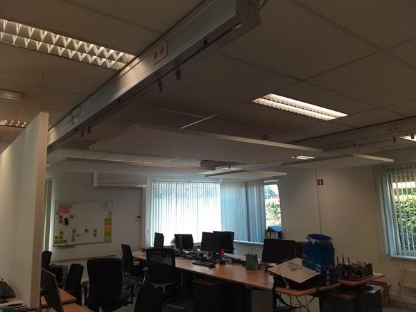 Plafondisolatie akoestiek in een kantoor met minerale wol door Isolteam